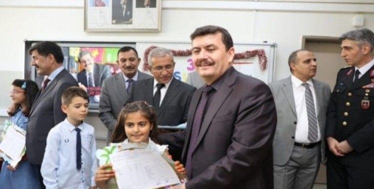 Erzincan'da öğrenciler karnelerini valinin elinden aldı