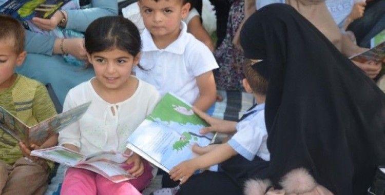 Kadınlar çocukları ile parkta kitap okudu