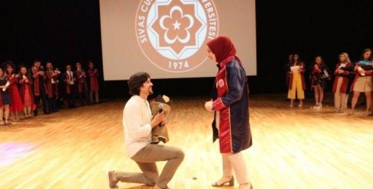 Mezuniyet töreninde sürpriz evlenme teklifi