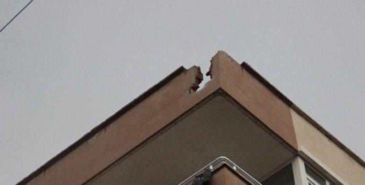 Hatay'da binanın çatısına yıldırım düştü