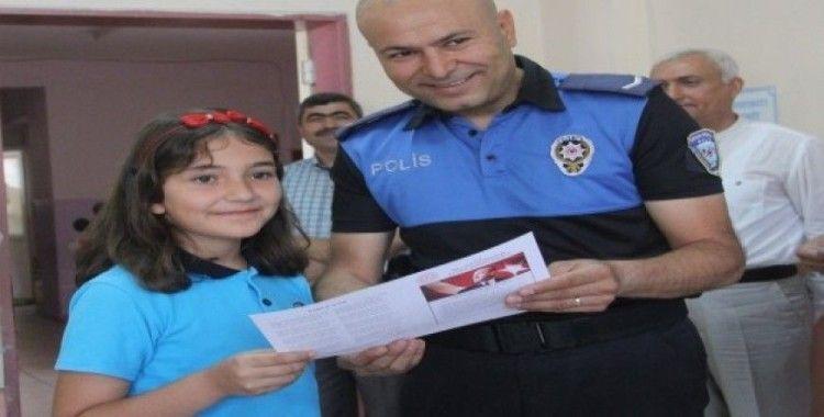 Polisten çocuklara karne sürprizi