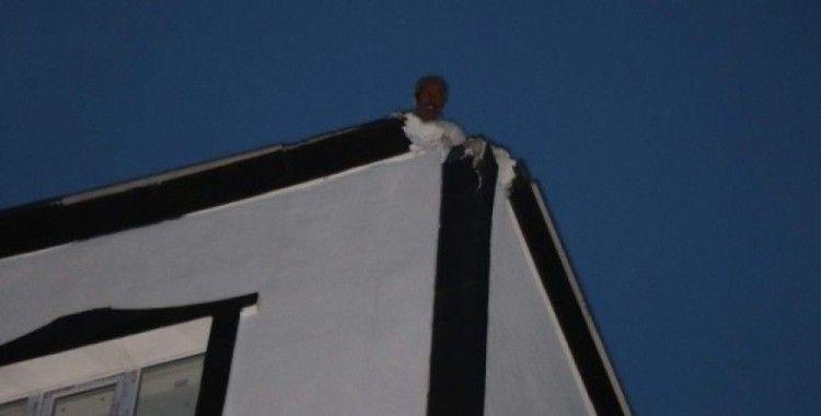 Siirt'te binanın çatısına yıldırım düştü