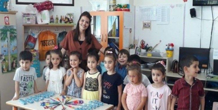 Anaokulu öğrencilerinin karne sevinci