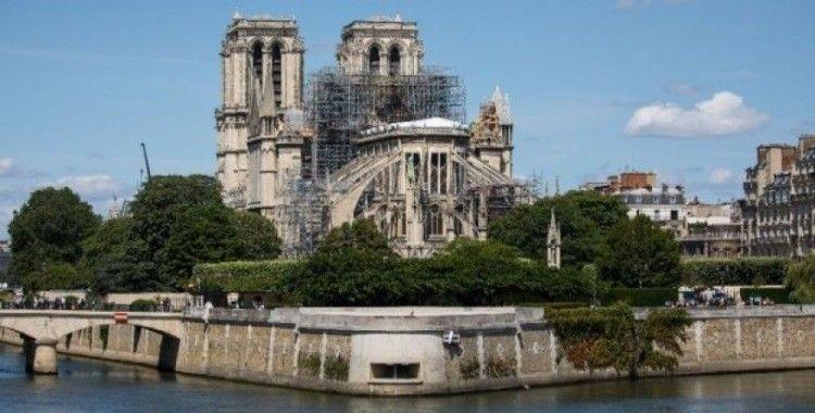 Notre Damme'deki yangın sonrası ilk ayin kasklarla yapıldı