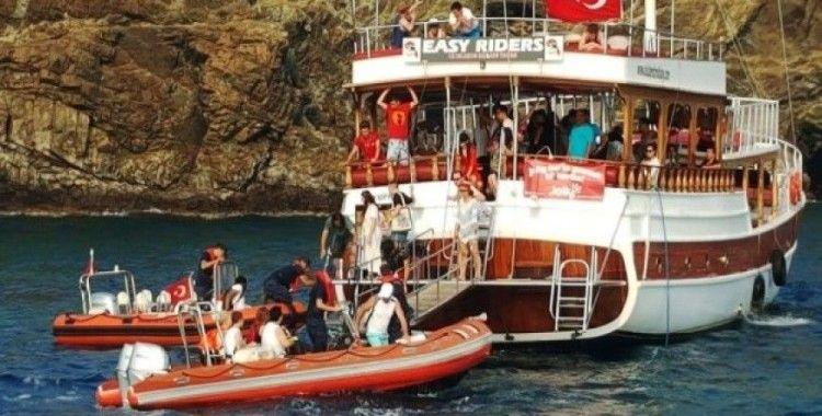 Karaya oturan gezi teknesinin yolcularını Sahil Güvenlik kurtardı