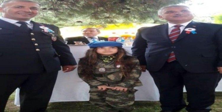 Ödülünü almaya jandarma kıyafetiyle gitti