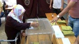 71 yaşındaki kadın oy kullanmaya yürüteç ile geldi
