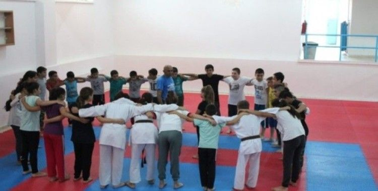 Çocuklar Söke Belediyesi ile spor yapıyor