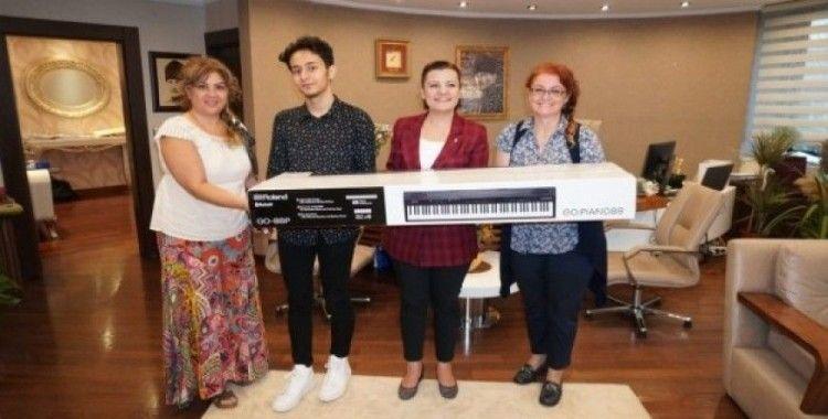 Müzik tutkunu olan gence Başkan Hürriyet'ten destek