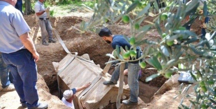 Bu kez ortaya pişmiş topraktan mezar çıktı
