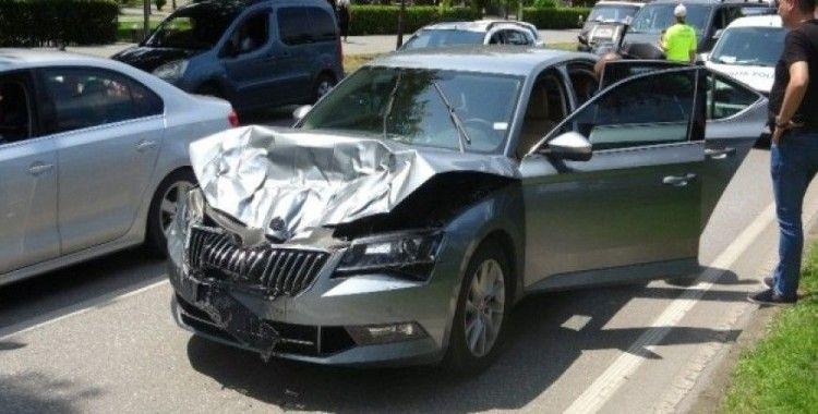 Zırhlı özel hareket aracına çarpan otomobilde büyük hasar meydana geldi