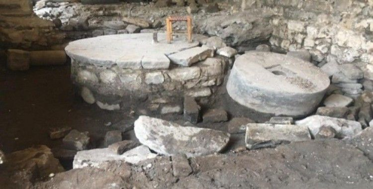 Tarihi evden asırlık değirmen taşı çıktı