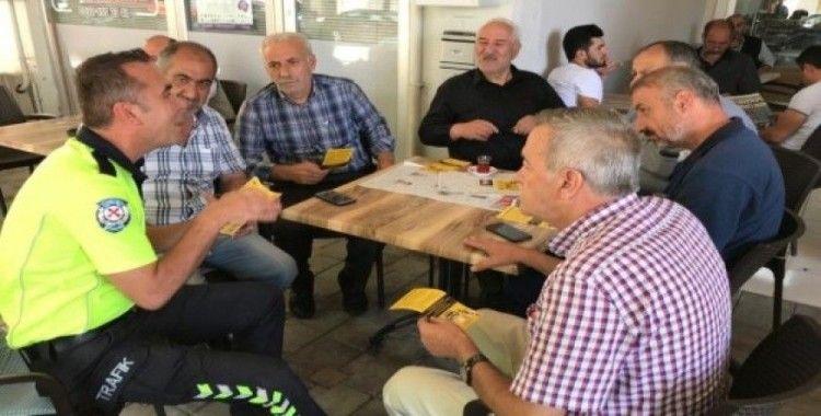Kahvedeki vatandaşlara trafik eğitimi verildi