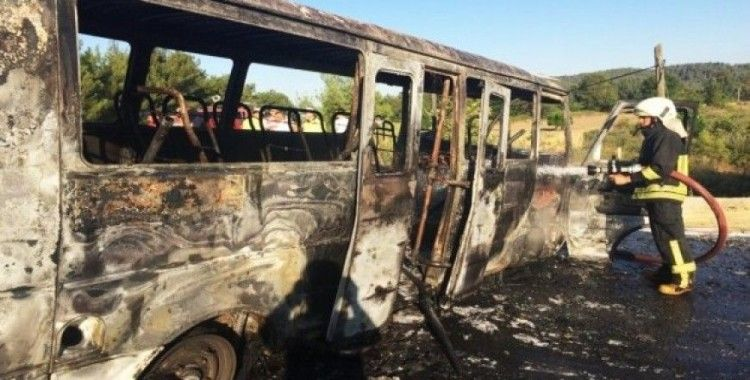 Minibüs tamamen yandı