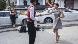 Böbrek hastası kedi için sokakta dans