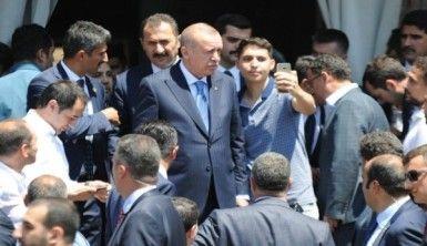 Cumhurbaşkanı Erdoğan'a cuma namazı çıkışında yoğun ilgi