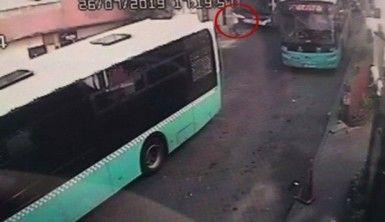 İş yerine dalan otobüsün altında kalmaktan son anda kurtuldu