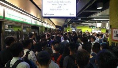 Protestocular tren istasyonlarını bastı, ulaşım felç oldu