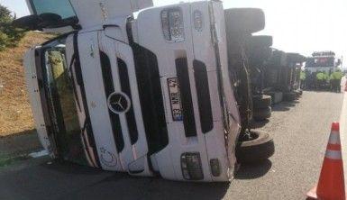 Selimpaşa TEM'de tır devrildi, yoğun trafik oluştu