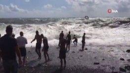 Karadeniz'in azgın sularına kapılan bir adamı 20 kişi zor kurtardı