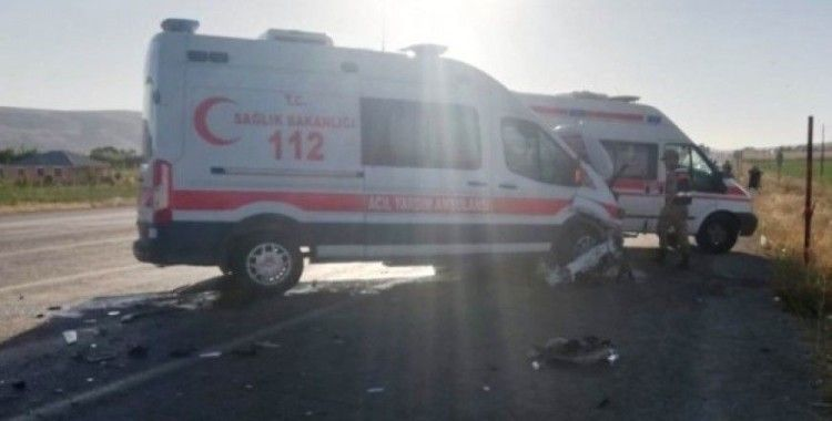 Ambulans ile ticari araç çarpıştı: 6 yaralı