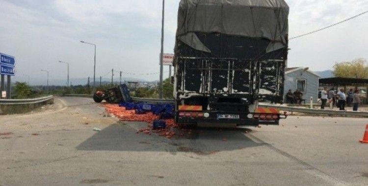 Bilecik'te domates yüklü traktöre kamyon çarptı: 3 yaralı