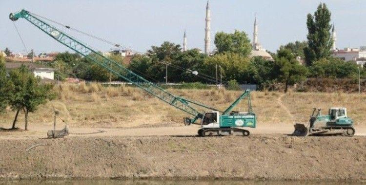 Tunca Nehri'nin yatağında temizlik çalışması