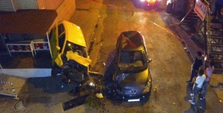 Otomobil 10 metreden başka bir aracın üzerine düştü: 2 yaralı