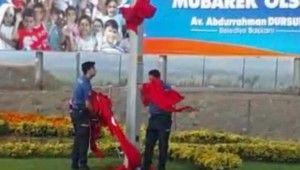 Polisler Türk Bayrağını yerde bırakmadı
