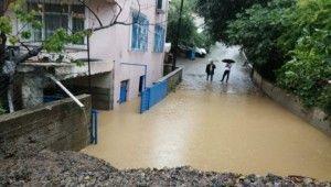İstanbul'da yoğun yağış sonrası yol çöktü
