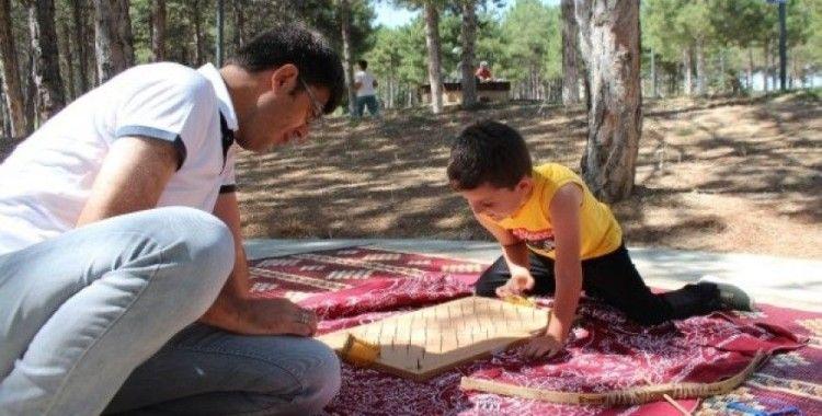 Çocuklar, unutulmaya yüz tutmuş oyunlarla şenlendi