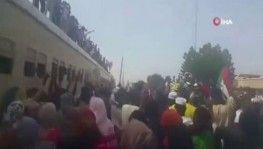 Sudanlılar sivil yönetime geçişi kutluyor