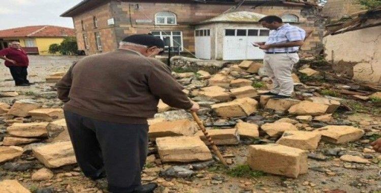 Yoğun yağış ve rüzgar cami minaresini yıktı