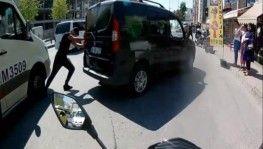 Bozulan aracını iten adamın ayağını, minibüsün ezdiği an kamerada