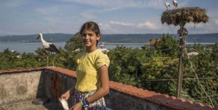 12 yaşındaki Beyzanur, her gün 6 leyleği elleriyle besliyor