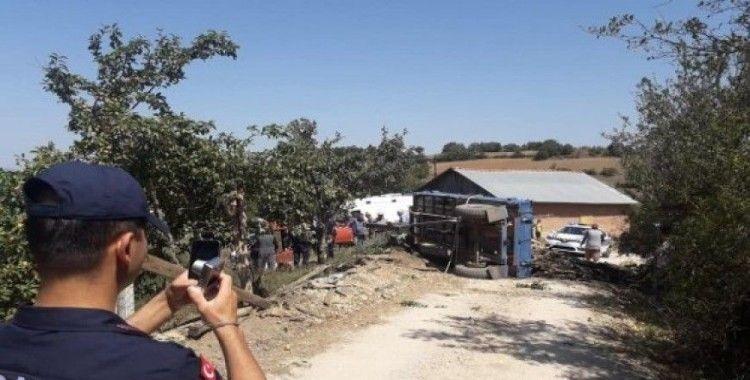 Odun yüklü traktör devrildi: 1 yaralı