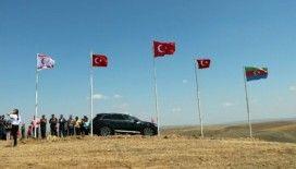 Köylerinin en yüksek tepesine Türk, KKTC ve Azerbaycan bayrağı diktiler