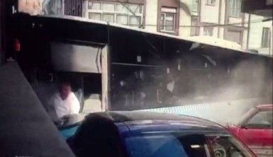 Halk otobüsü kazası saniye saniye kamerada