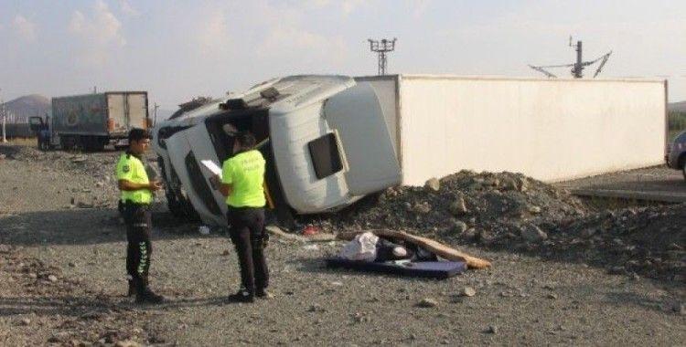 Sivas'ta tır devrildi:2 yaralı