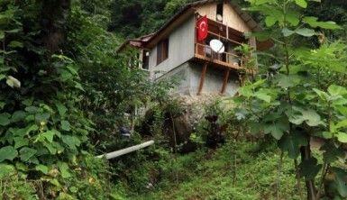 Arazisin de yer bulamayınca, kayanın üzerine ev yaptı