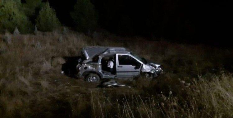 Hafif ticari araç şarampole yuvarlandı: 1 ölü, 2 yaralı