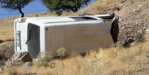 Elazığ'da minibüs şarampole yuvarlandı : 2 yaralı