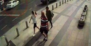 (Özel) İstanbul'da motosikletlinin metrelerce sürüklendiği kaza kamerada