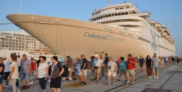 Kuşadası'na 3 gemiyle 4 bin 230 turist geldi