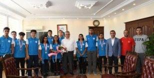 Deniz küreği şampiyonlarından Vali Pekmez'e ziyaret