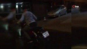 Motosikletle şov yapan gencin 'yanlama' kazası kamerada