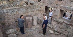 Vali Deniz, Aigai antik kentinde devam eden kazı çalışmalarını inceledi