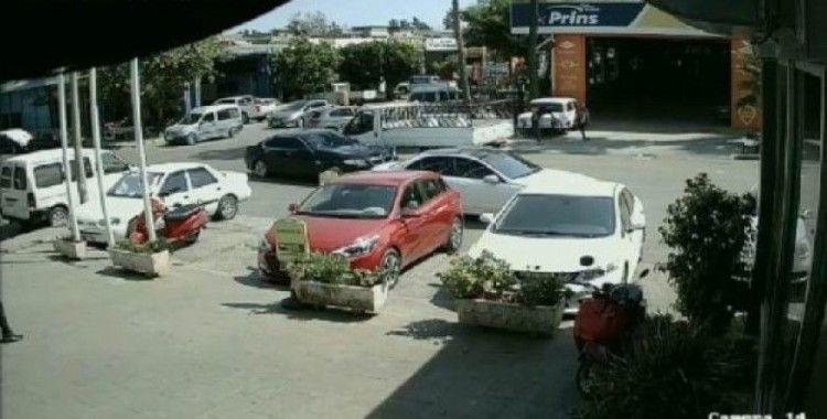 Polisten kaçan şüpheli, uyuşturucu dolu poşetle araçtan atladı