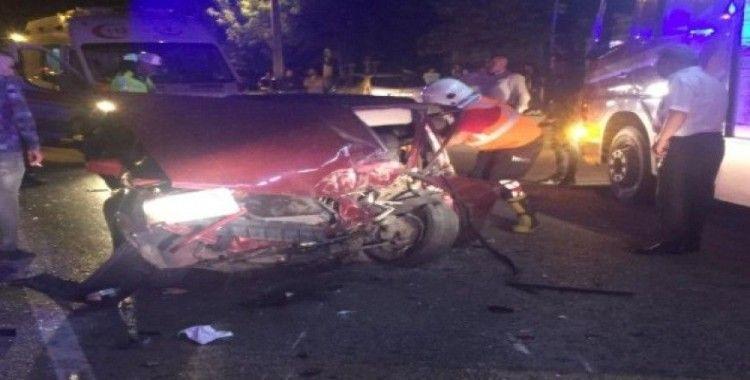 Otomobil, park halindeki araçlara çarptı: 2 yaralı