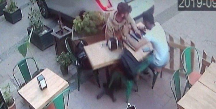 Kafede oturan iki gence araba böyle çarptı